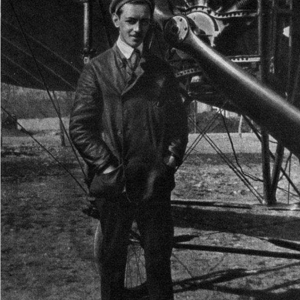 4.Konstantin-Konstantinovich-Artseulov-okolo-samoleta-Bleriot.XI_-600x600.jpg